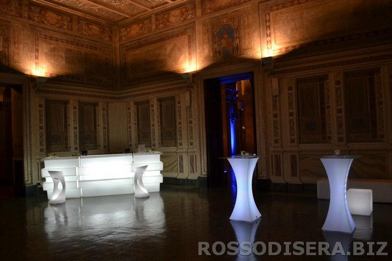 noleggio arredi luminosi, bancone bar, tavoli hollywood con top in vetro e sgabelli Nizza. - Rossodisera Events