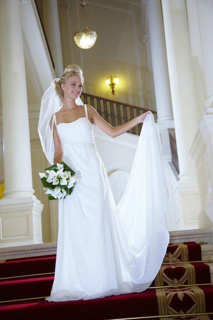 Beispiel: Brautkleid mit Schleppe, Foto: Lia Brautmoden.