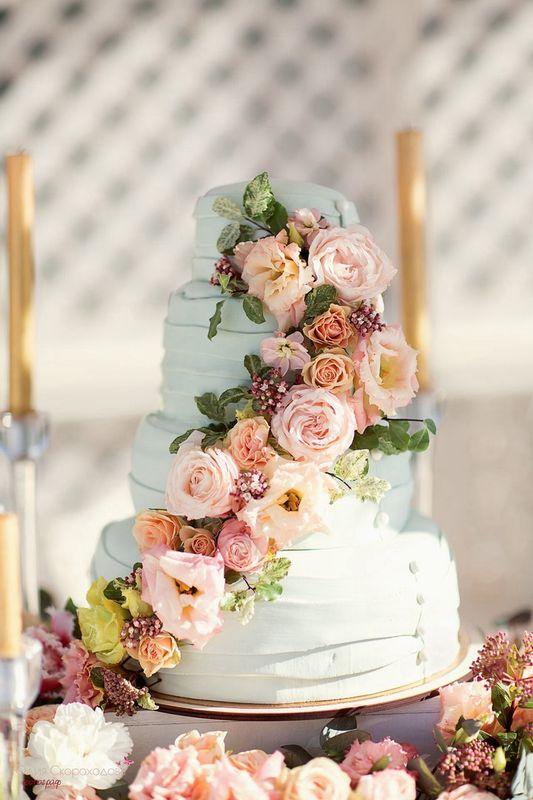 Свадебный торт украшенный живыми цветами