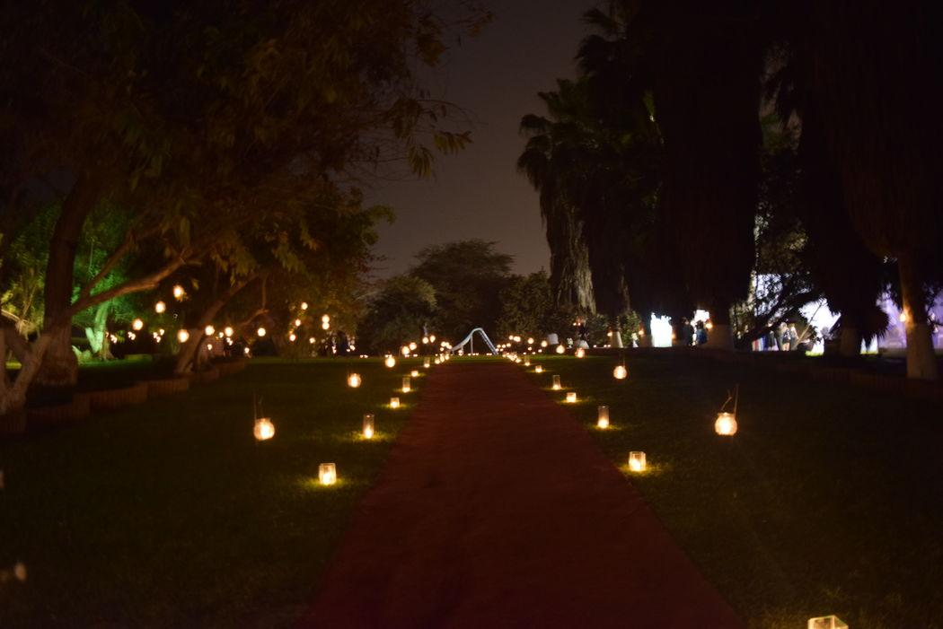 Hermoso Camino de velas que conduce al lugar de la recepción