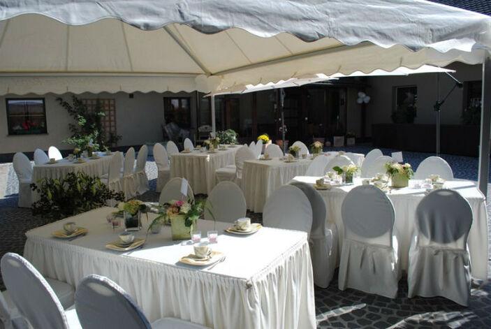 Beispiel: Hochzeitsgedeck im Pavillon, Foto: Milanhof.
