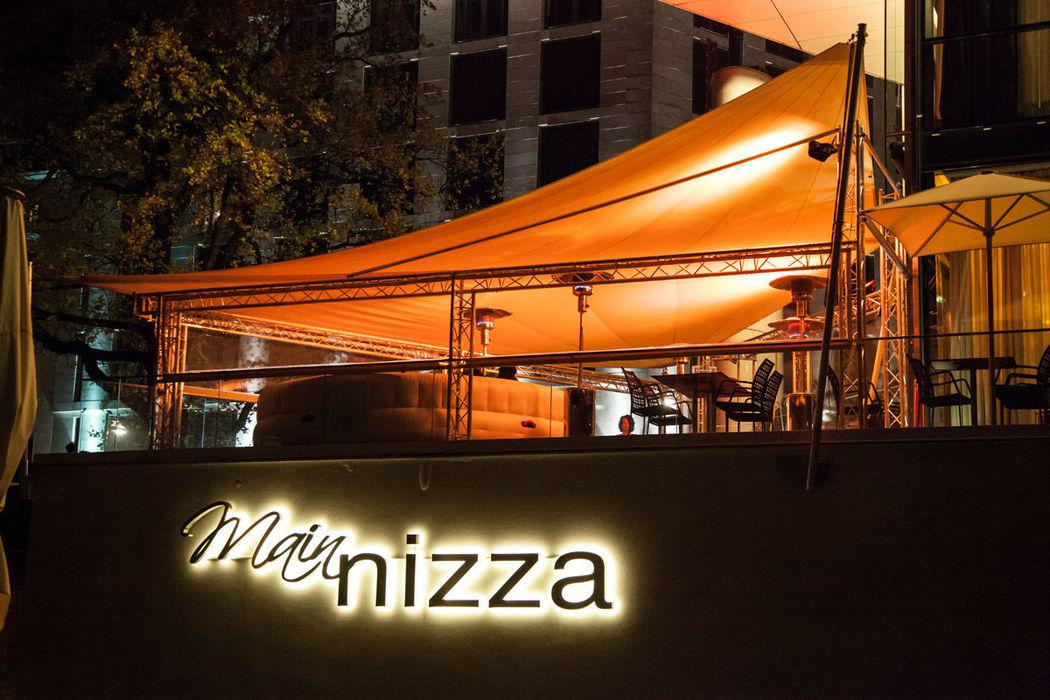 Beispiel: Beleuchtete Außenansicht bei Nacht, Foto: Mainnizza.