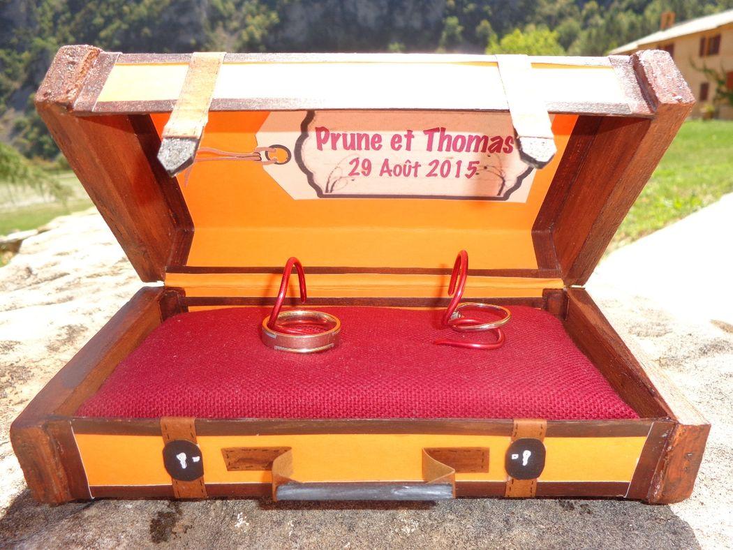 @ Agence Catherine Petitcuenot & Co Coussin d'alliances valise vintage - Mariage thème voyages