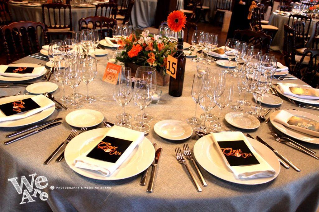 We Are. - Wedding planner. Montaje de mesa con mesero en forma de botella, minuta y cámara de fotos con tarjetón con indicaciones. Diseño y organización de boda.