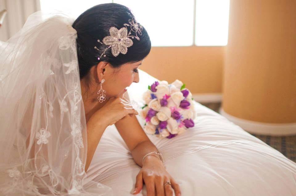 Tiara de plata y cristales swarosky. Y aretes  y brazalete que hacen juego con la tiara.