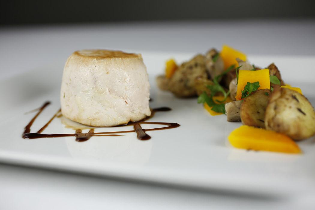 Galantine de volaille farcie aux petits légumes, poêlée de pommes de terre, champignons de Paris et potiron, sauce aux épices.