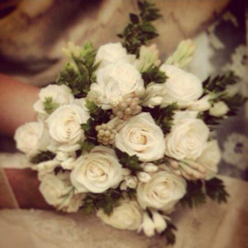 Bouquet de rosas y nardos sobre mirto