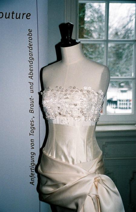 Beispiel: Brautkleider, Foto: Rieth-Couture.