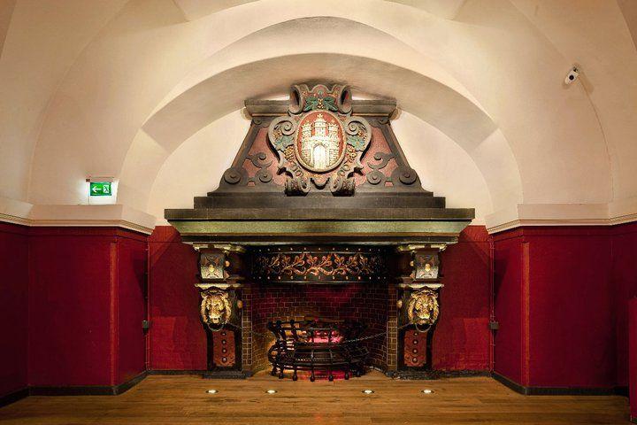 Beispiel: Kamin im Grundsteinkeller, Foto: Parlament.