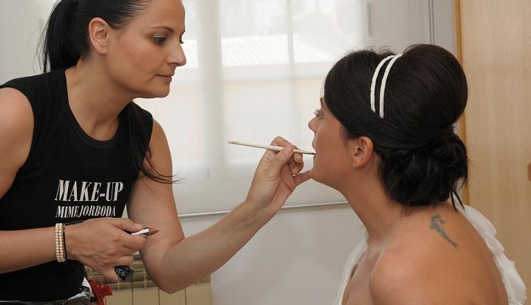 Making off con nuestra novia, look con recogido bajo, maquillaje suave y natural, una maravilla!