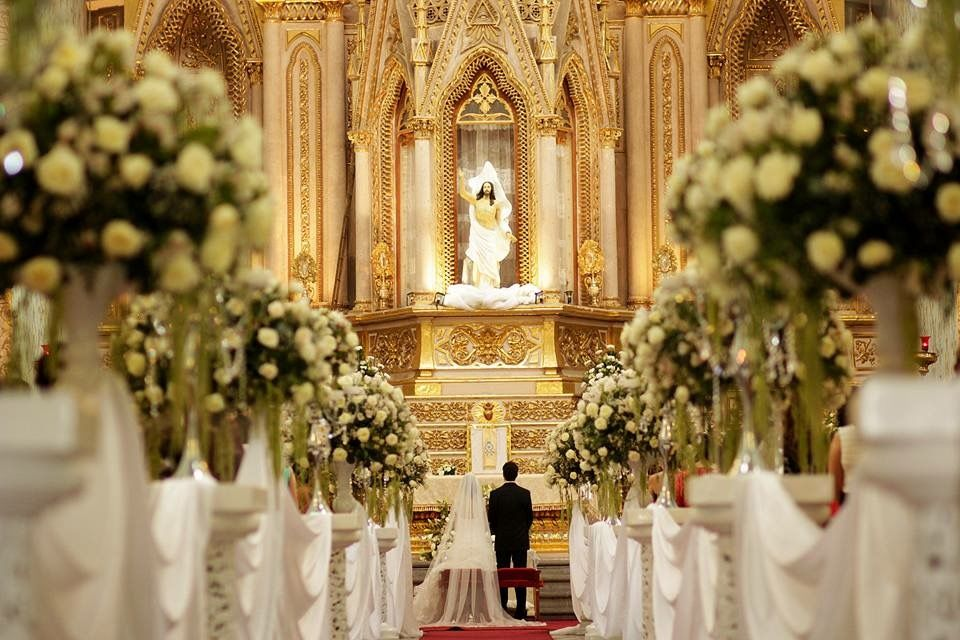 Detalles con Ángel Eventos   (Decoraciones de Iglesias con telas en pasillo bases y flor natural)