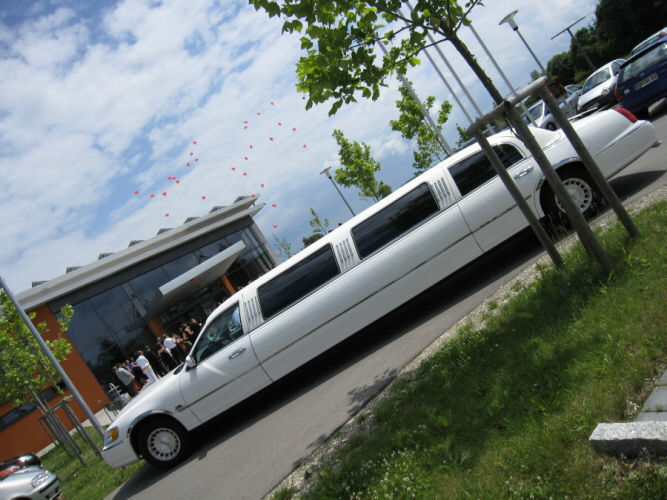 Beispiel: Mit der Limousine zu Ihrer Hochzeitslocation, Foto: Limousinen Service Ulm.