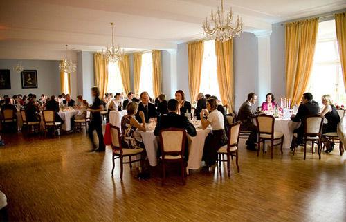 Beispiel: Hochzeitsgesellschaft im Blauen Fest- und Tanzsaal im 1.OG, Foto: Schloss Weiterdingen.