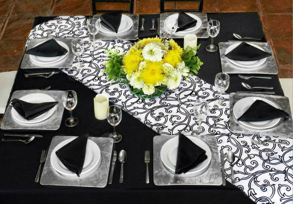 RNTA MANTEL CUADRADO NEGRO RENTA CAMINO DE MESA Mantel cuadrado en tergal negro & camino de mesa en tafeta flocking blanco y negro
