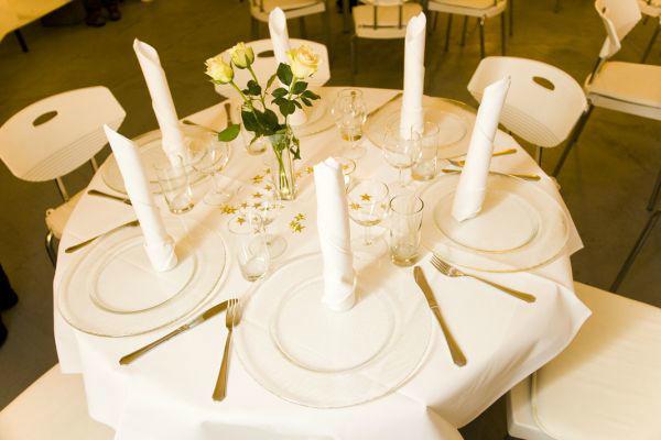Beispiel: Runder Tisch - Tischdekoration, Foto: KunstTurm Weimar.