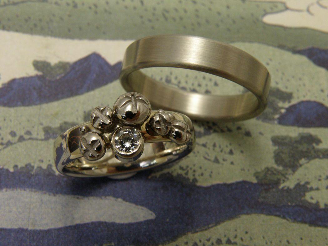 * witgouden ovale ring met besjes en 0,18 crt briljant geslepen diamant * witgouden vlakke ring met ronde zijkanten * trouwringen uit het Oogst atelier