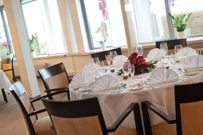 Beispiel: Hochzeitsgedeck, Foto: Hotel Ambassador.
