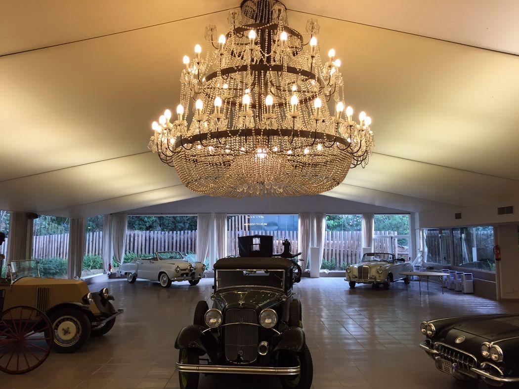 Salón Bugatti con la colección de coches antiguos