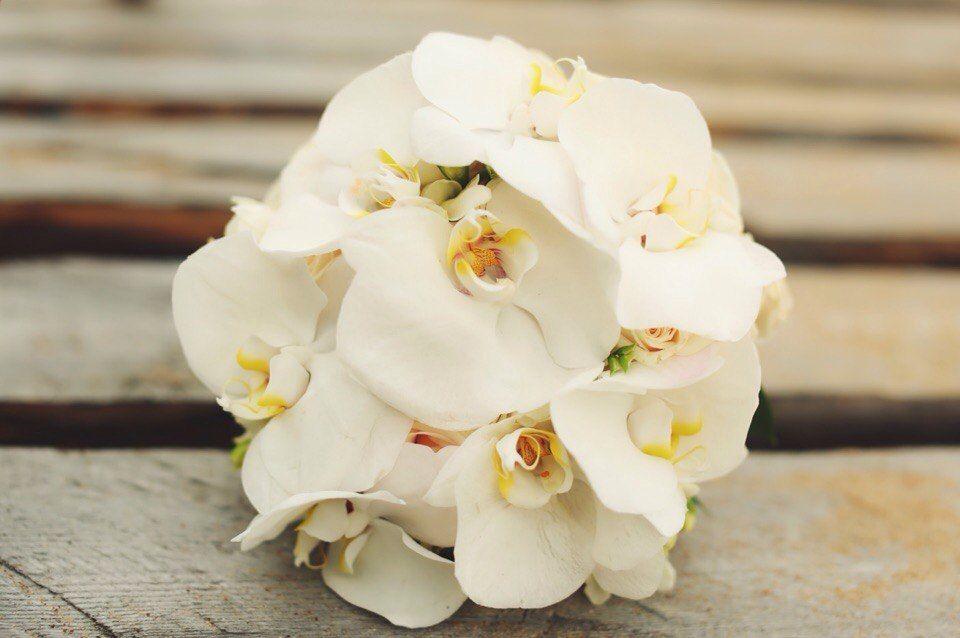 букет невесты из орхидей фаленопсисов от студии декора и флористики торжествомания
