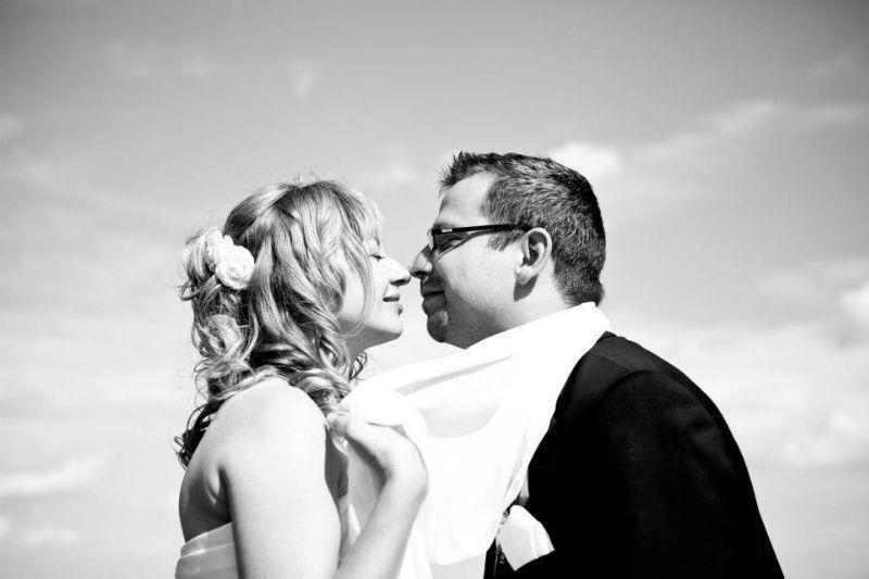 Beispiel: Fotos vom Brautpaar mit Witz, Foto: Romeoplusjuliet Photography.