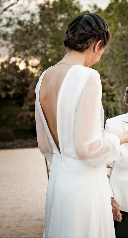 Vestido de novia de muselina de seda con espalda abierta en pico y delantero de pedrería de cristal de Cristina Piña.