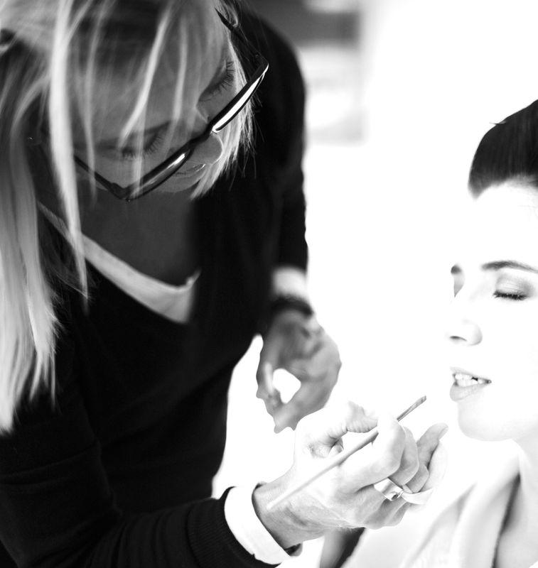 konzentriertes makeup machen...