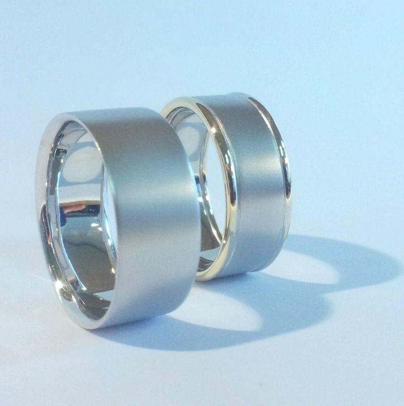 Witgouden ringen waarbij bij 1 ring 14kt geelgoud gebruikt is om een iets klassiekere look te krijgen.