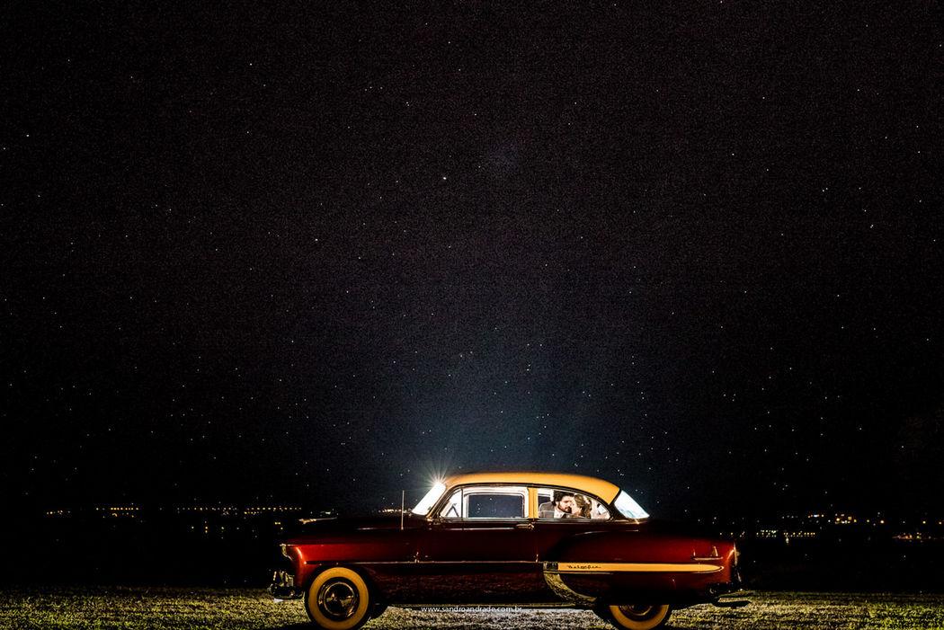 Casamento em Brasilia-DF. Fotografia do casal Anderson e Débora, dentro do carro durante a festa. Sandro Andrade Fotografia