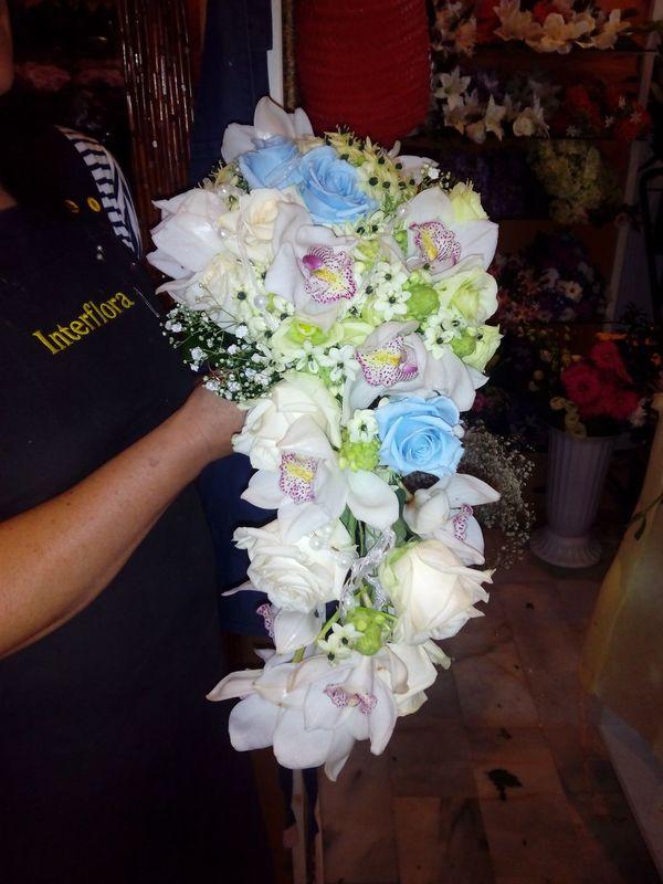 Ramo de novia en cascada con rosas preservadas celestes.