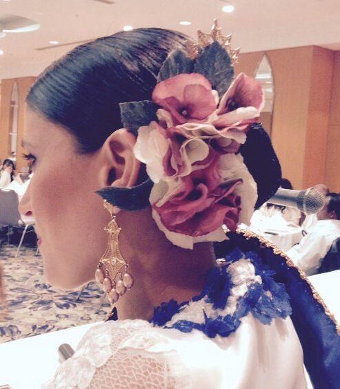 Tocado para una bailarina de Marinera Norteña. Conjunto de flores grandes, medianas y pequeñas en gamas de rojos y tejas....