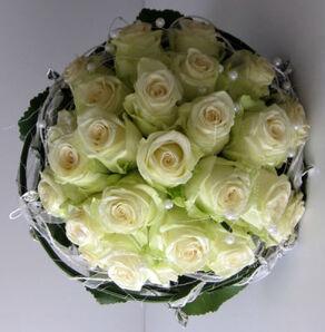 Beispiel: Brautstrauß mit Perlen, Foto: Blumen Wunder.