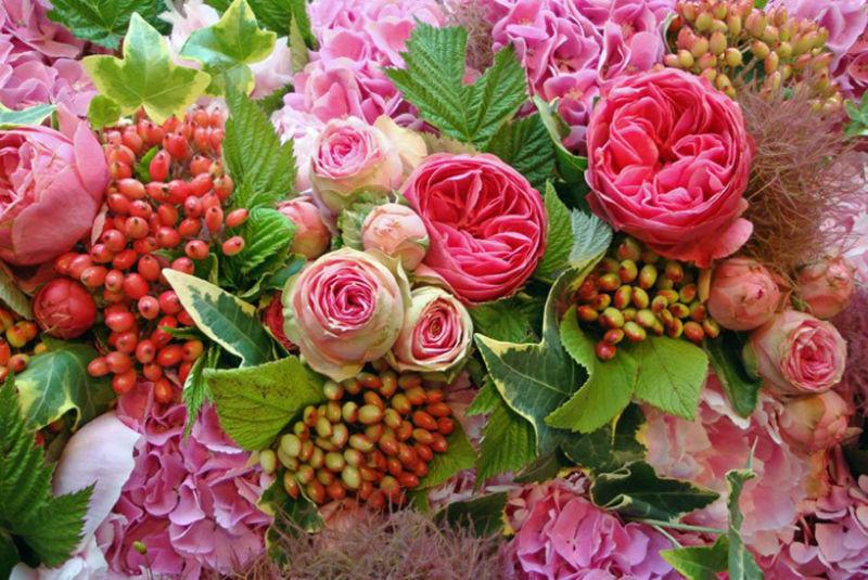 Fleurs, Fruits, Feuillages vous propose un mélange du mois de juin, hortensias, roses anciennes, baies, petites roses, pivoines... www.fleurs-fruits-feuillages.fr