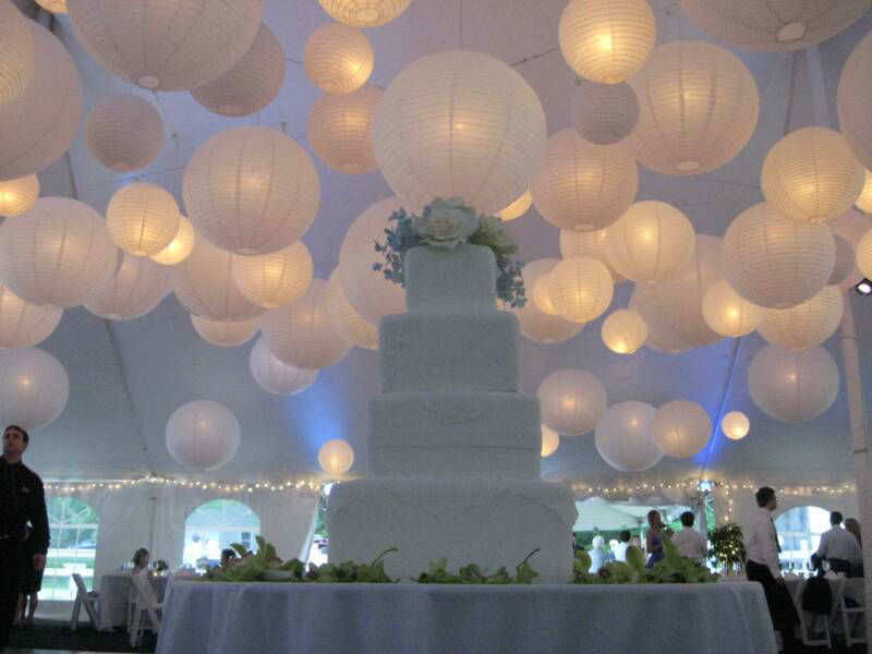Witte lampionnen voor op uw bruiloft. Door middel van het combineren van verschillende maten witte lampionnen creert u een sprookjes achtige sfeer.  Huwelijk decoratie