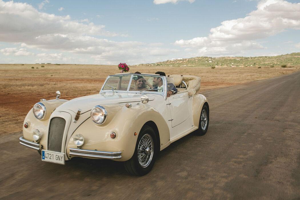 Los novios conduciendo el Albaycín Blanco-Marfil