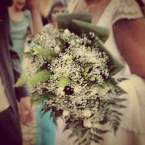 Ramo de pequeñas florecillas blancas sobre base de verdes variados