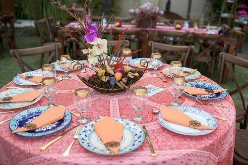 Casamento com inspiração na Polinésia. Cores vibrantes e estampas marcantes. Orquídeas misturadas com frutas. Pratos feitos à mão.