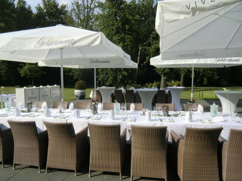 Beispiel: Hochzeitstafel auf Terrasse, Foto: Schlossgut Gross Schwansee.