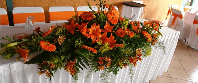 Detalle de arreglo floral en mesa