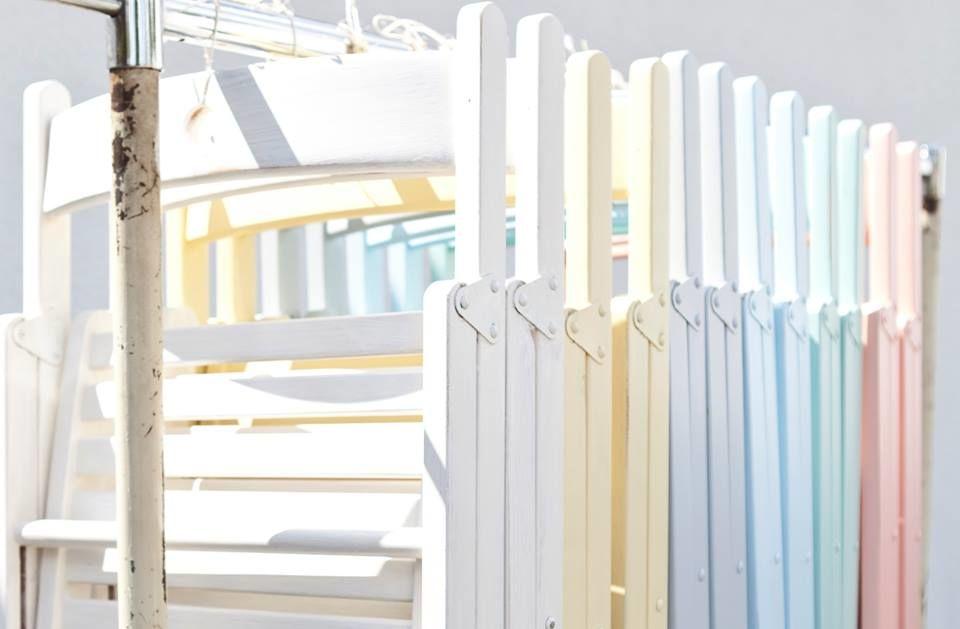 Klappstühle in verschiedenen Pastellfarben  Foto: Eileen Maes Hochzeitsfotografie