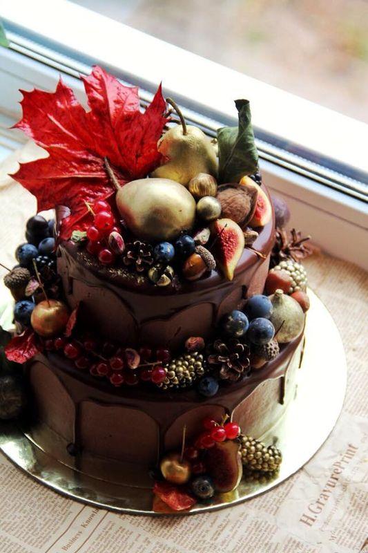 Морковный торт в богатых тонах создаёт правильное  настроение  осенним церемониям.