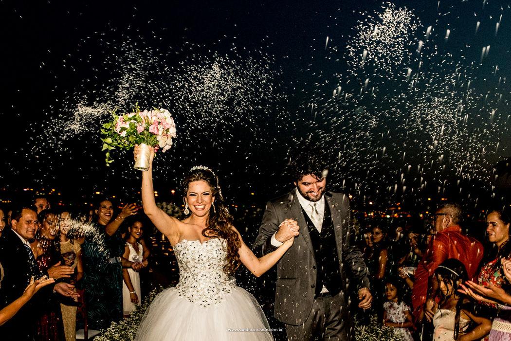 Casamento em Brasilia-DF. Os queridos Anderson e Débora na saída da cerimonia. Agora casados! Sandro Andrade Fotografia