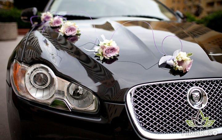 Dekoracja auta z kwiatowych przypinek (5 na maskę i 4 do klamek) Cena ok 220pln