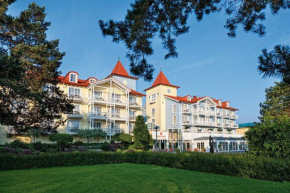 Beispiel: Hotelansicht von der Promenade, Foto: Travel Charme Strandhotel Zinnowitz.
