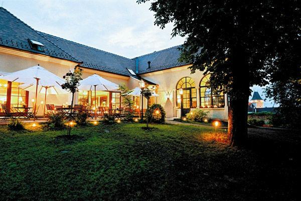 Beispiel: Außenansicht am Abend, Foto: Schlossgasthof Rosenburg.