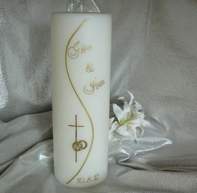Hochzeitskerze; Schlicht mit Kreuz, Ringen und Namen Handgearbeitete Hochzeitskerzen, in vielen verschiedenen Variationen. Auf Sie als Brautpaar zugeschnitten. Ich berate Sie gerne. Mehr dazu unter www.kerzenatelier.ch