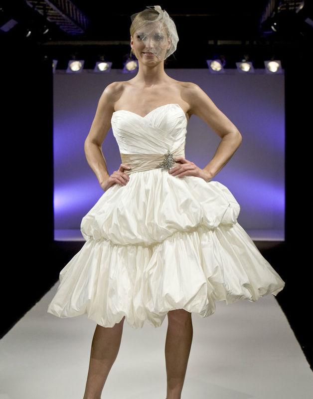 Beispiel: Brautmode, Foto: Lilyum Hochzeitsmode.