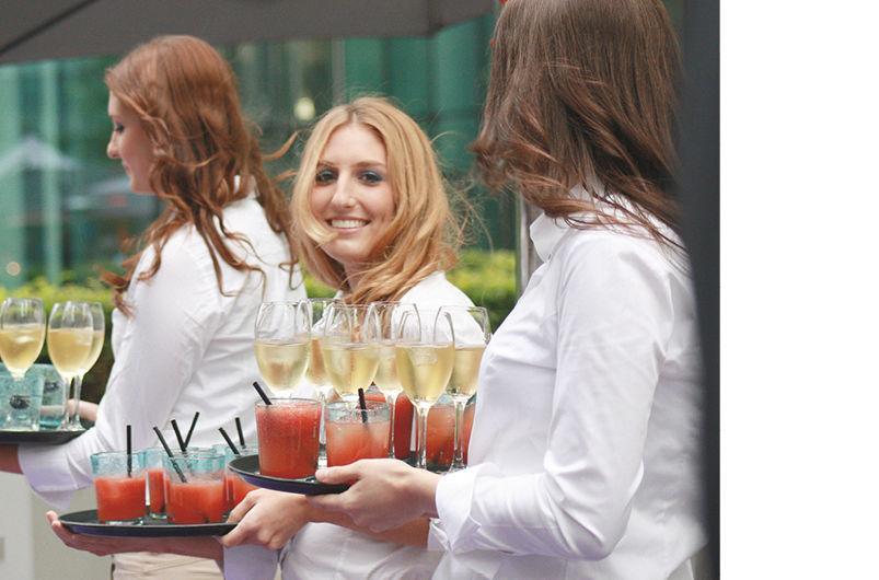 Beispiel: Freundliches Personal, Foto: Dahlmann Catering.