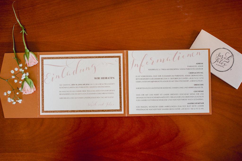 Einladungskarte zum Farbthema Kupfer und Rosé mit einem Einleger und bestempelter Banderole