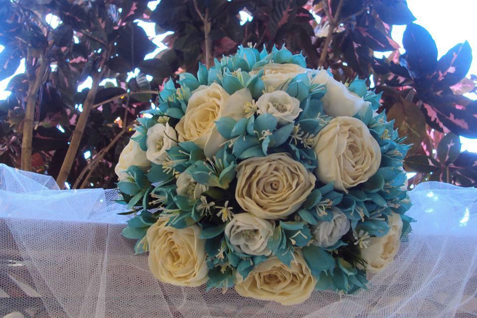 Buquê fake - rosas na cor chá, um toque de branco e azul céu.