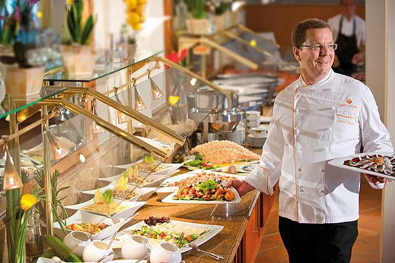 Beispiel: Buffet im Restaurant, Foto: Travel Charme Strandhotel Zinnowitz.